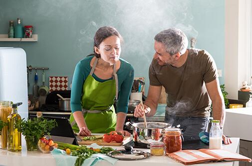 famiglia in cucina vapore